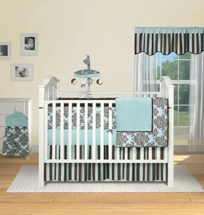 weißes-babybett-blaue-gardinen-originelles-babyzimmer-gestalten