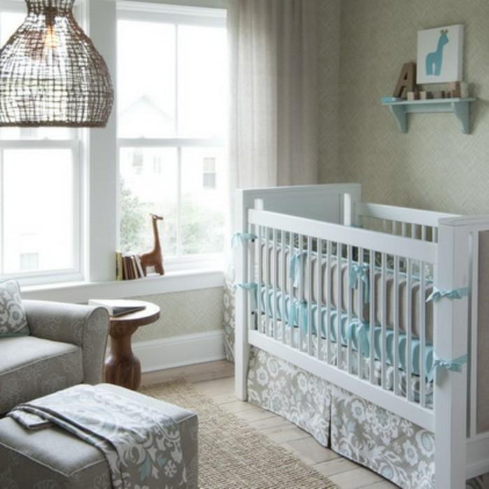 weißes-babybett-im-kleinen-wundervollen-babyzimmer