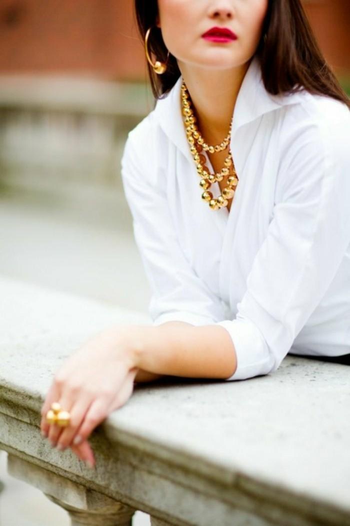 weißes-hemd-und-damen-accessoires-gold