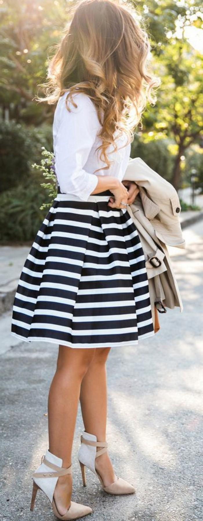 weißes-kleid-kombiniert-mit-schwarzen-streifen