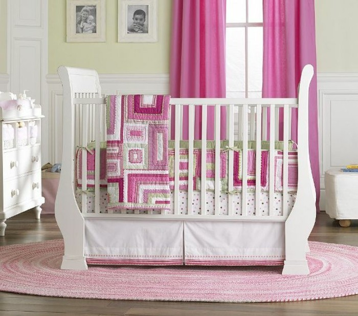 weißes-modell-baby-bettchen-für-mädchen-rosige-gardinen-dahinter