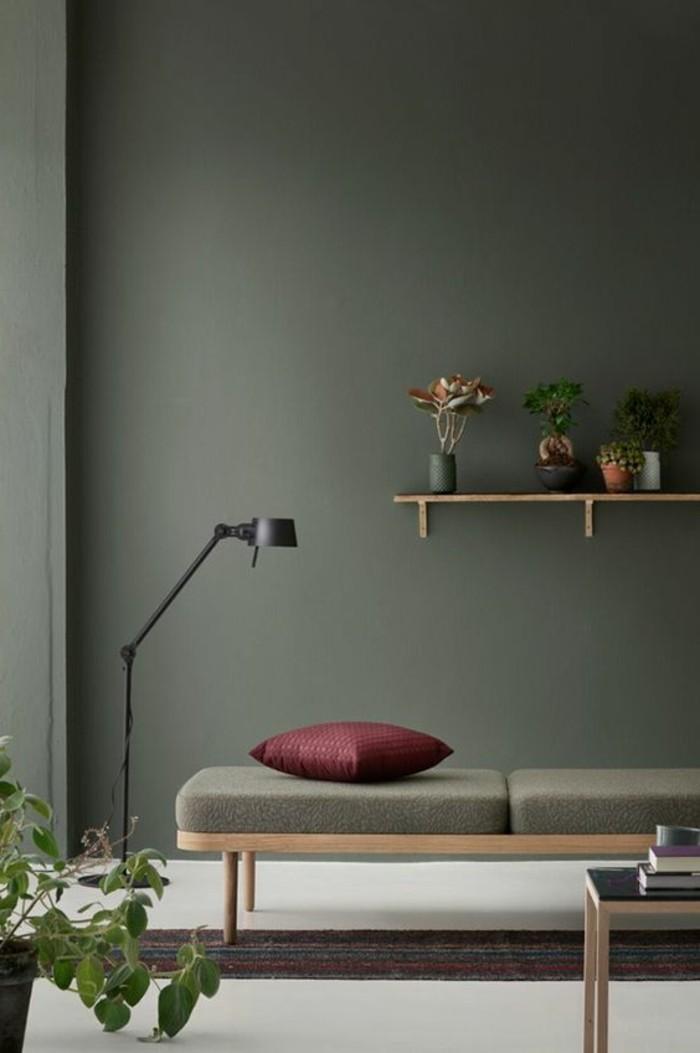 wunderschöne-farbgestaltung-wohnzimmer-dunkle-wände-und-regal-an-der-wand