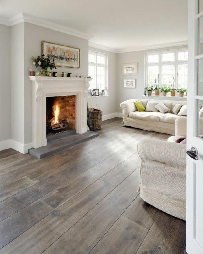 wunderschöne-farbgestaltung-wohnzimmer-weißer-kamin-hölzerner-boden