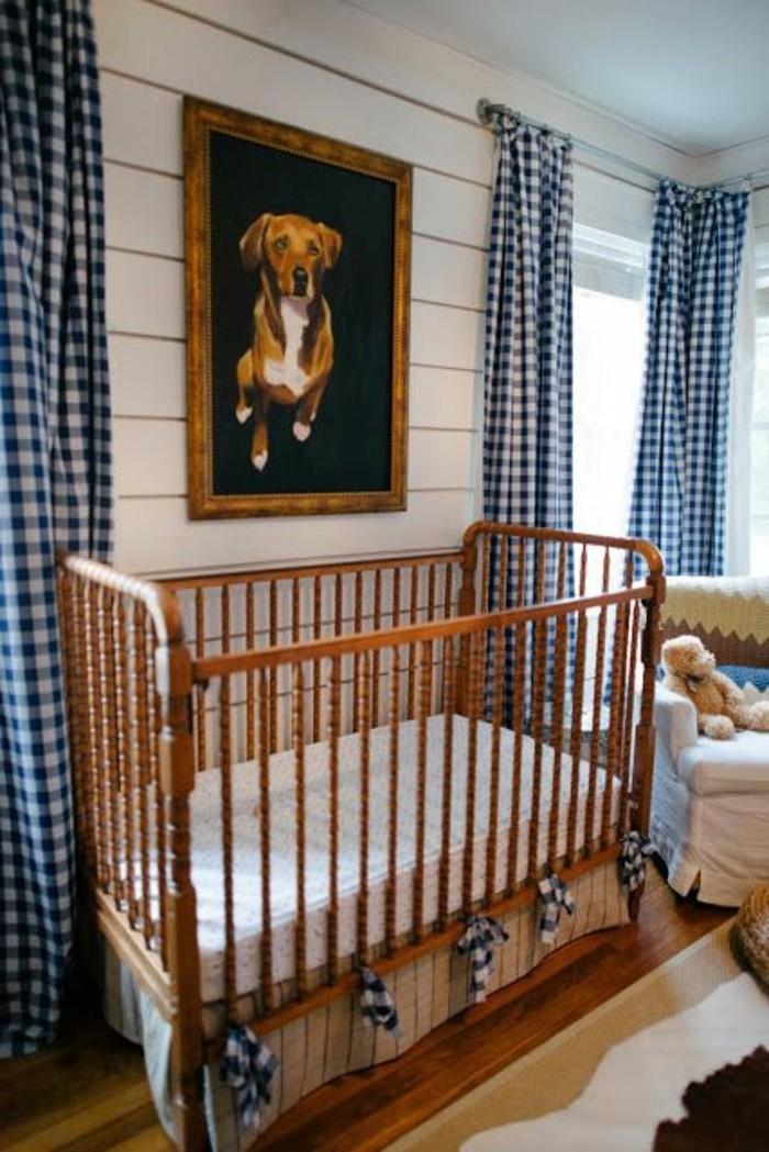 wunderschöne-hölzerne-babybetten-im-babyzimmer-mit-bild-an-der-wand