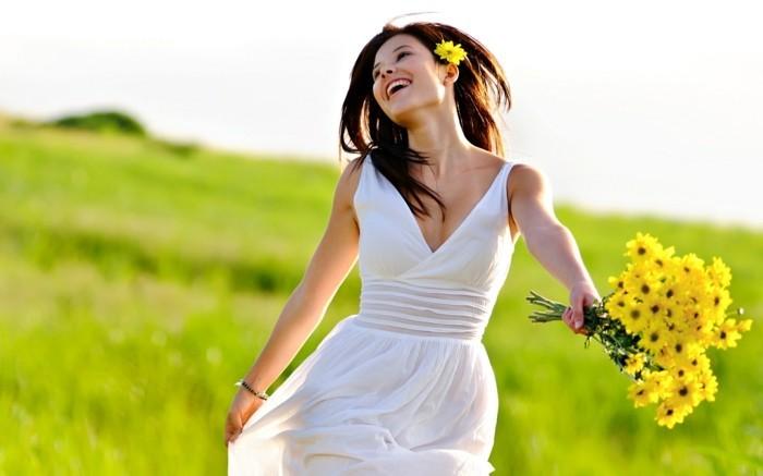 wunderschöne-sommerliche-damenkleider-in-weiß-frau-mit-gelben-blumen
