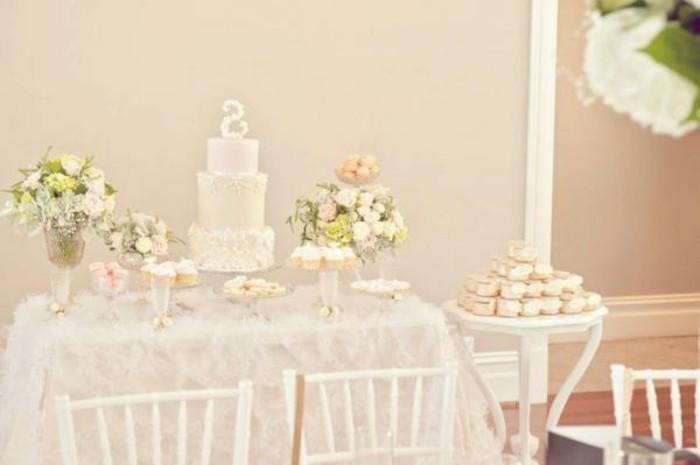 wunderschöne-taufe-deko-elegante-weiße-torte-schöne-stühle