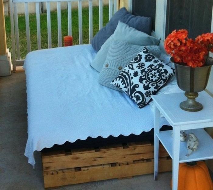 wunderschöne-terrassengestaltung-mit-einem-kleinen-süßen-sofa-aus-europaletten