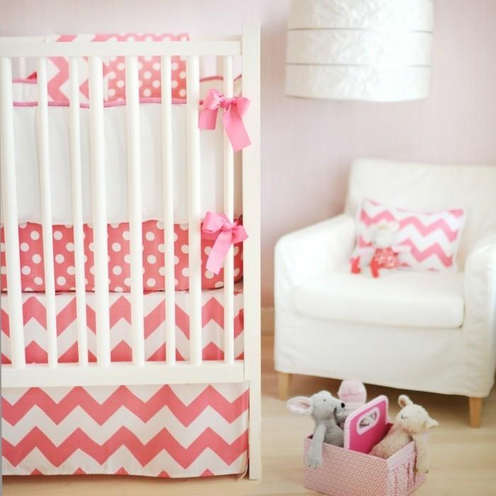 wunderschönes-babybett-weiß-für-mädchen-weißer-sessel-daneben
