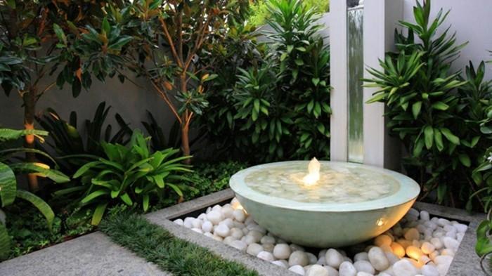 wunderschönes-design-vom-garten-feuerstelle-und-grüne-pflanzen