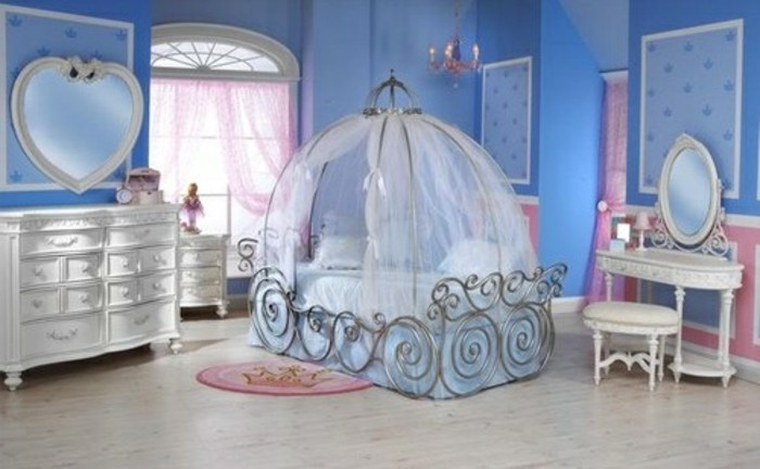 wunderschönes-himmelbabybett-im-blauen-babyzimmer-für-mädchen