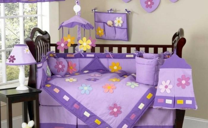 wunderschönes-modell-baby-bettchen-mit-lila-vorhängen