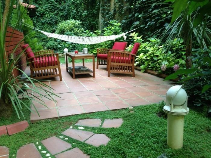 wunderschönes-modell-garten-grünes-gras-rote-stühle