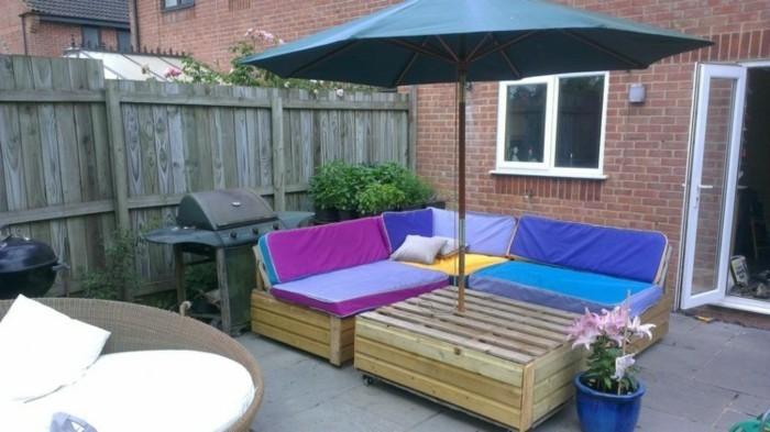 wunderschönes-modell-sofa-aus-europaletten-eleganter-sonnenschirm