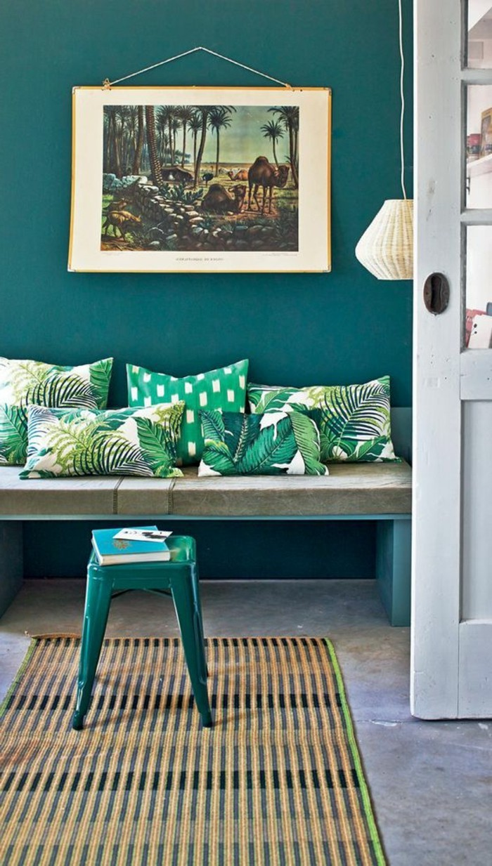 wohnzimmer ideen petrol:wunderschönes-wohnzimmer-wandfarbe-petrol-türkis-kissen-auf-dem-sofa