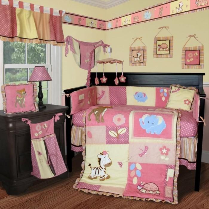 wundervolles-design-baby-bettchen-für-kleine-mädchen-rosige-bettwäsche