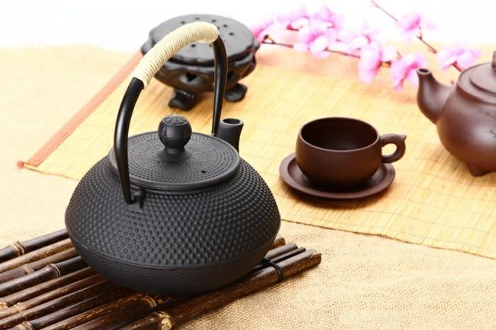 zur-teezeremonie-arrangierte-teekanne-japan