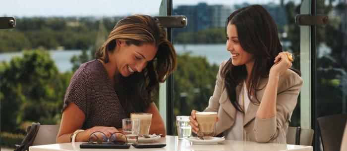 zwei-Freundinnen-trinken-Latte-Macchiato