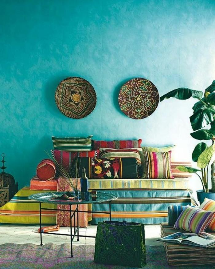 zwei-teller-an-der-wand-interessantes-modell-farbiges-wohnzimmer