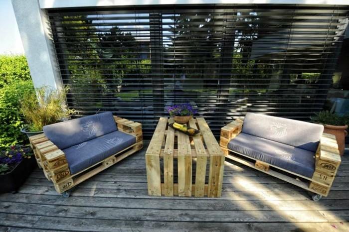 zwei-tolle-sessel-neben-einem-tisch-aus-europaletten-schöne-gestaltung-draußen