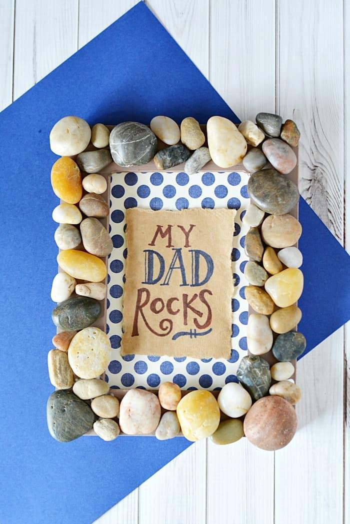 vater tochter geschenk diy ideen, bilderrahmen selber machen, diy rahmen dekoriert mit steinen