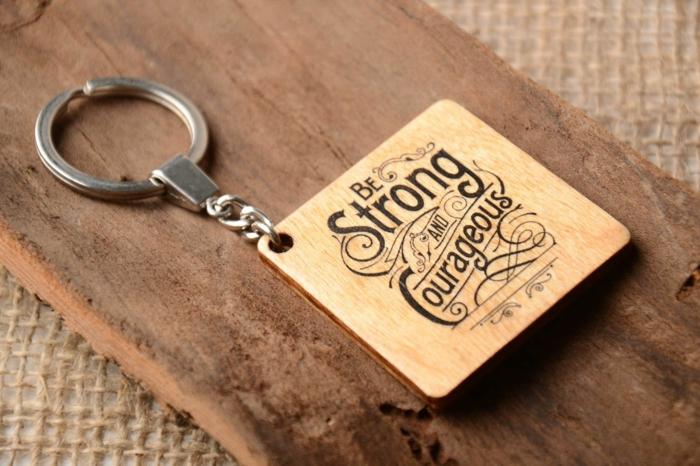 vatertag geschenkideen, individuelle gechenke, personalisierter schlüsselanhänger aus holz