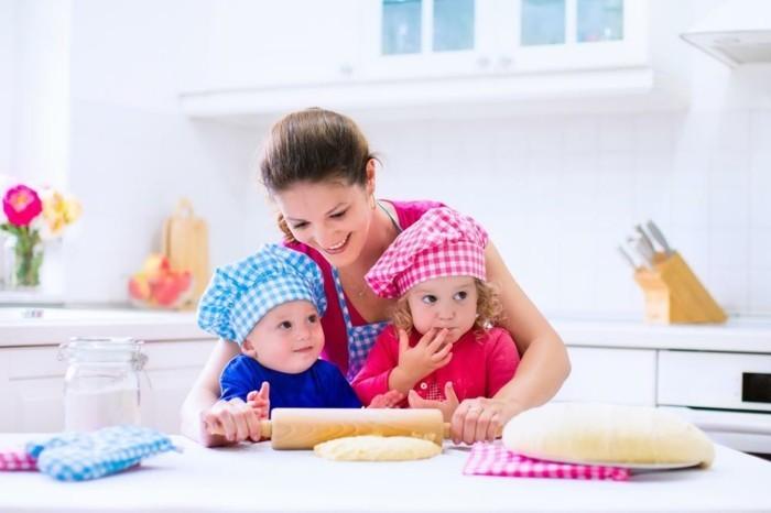 Backen-für-Kleinkinder-Mutti-helfen