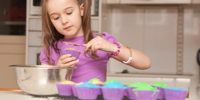 Backrezepte-für-Kinder-cupcakes-dekorieren