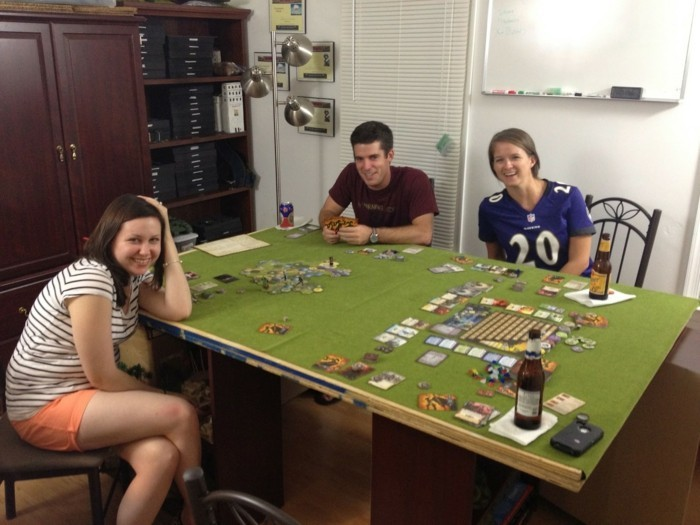 Brettspiel-auf-einen-großen-grünen-Tisch
