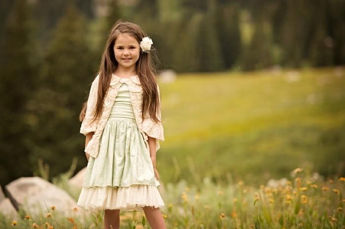 Coole-Kindermode-ein-Kleid-mit-Spitze-