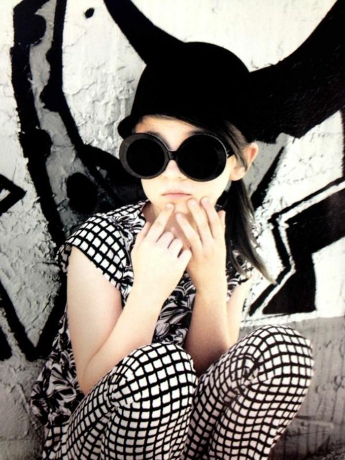 Coole-Kindermode-mit-großer-Sonnenbrille-
