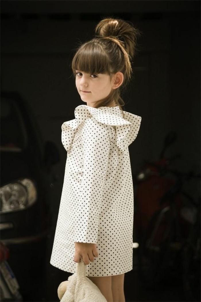 Coole-Kindermode-weißes-Kleid-mit-Punkten-