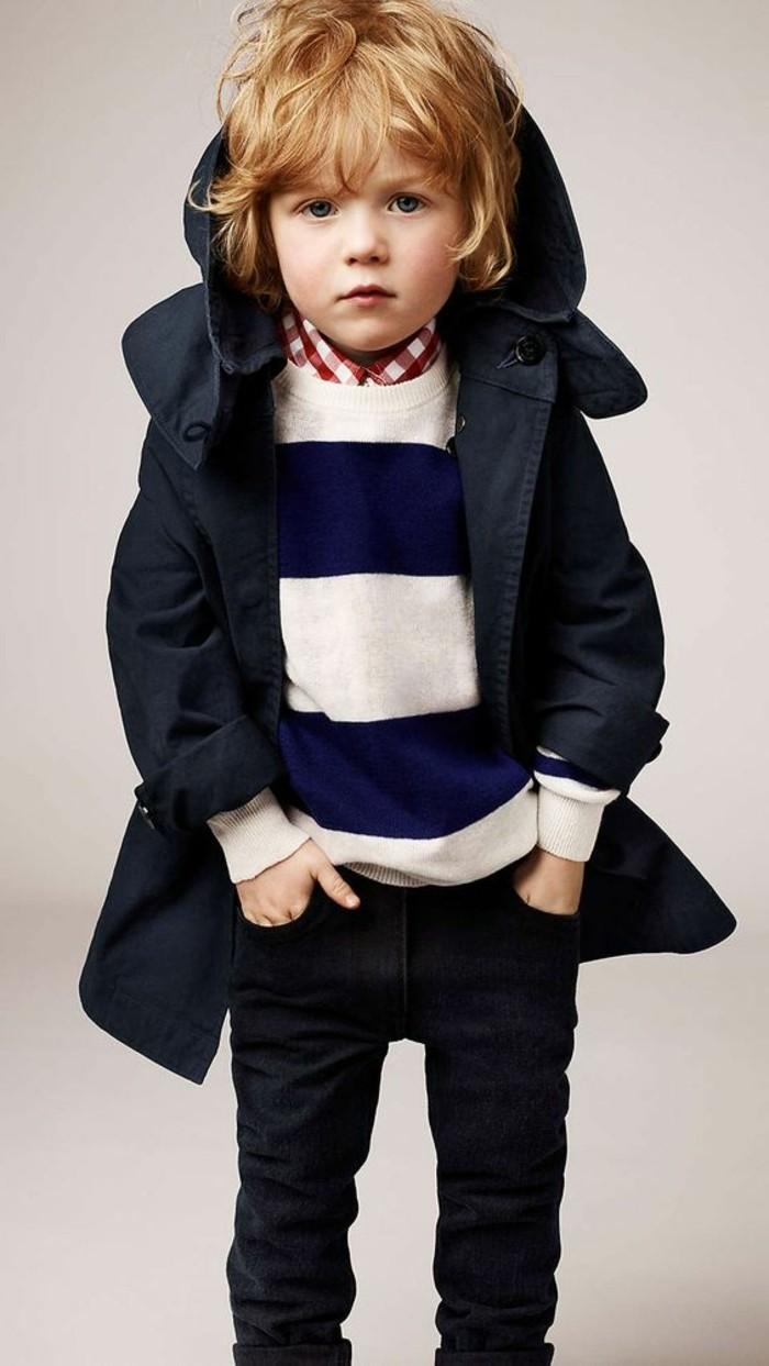 Coole-Kleidung-Pullover-in-weißer-und-blauer-Farbe-