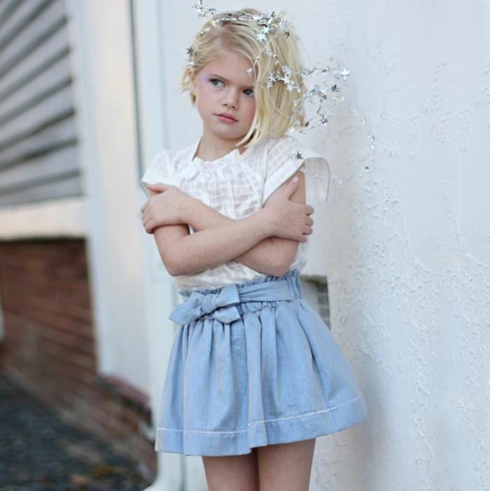 Exklusive-Kindermode-weiße-Bluse-und-blauer-Rock-