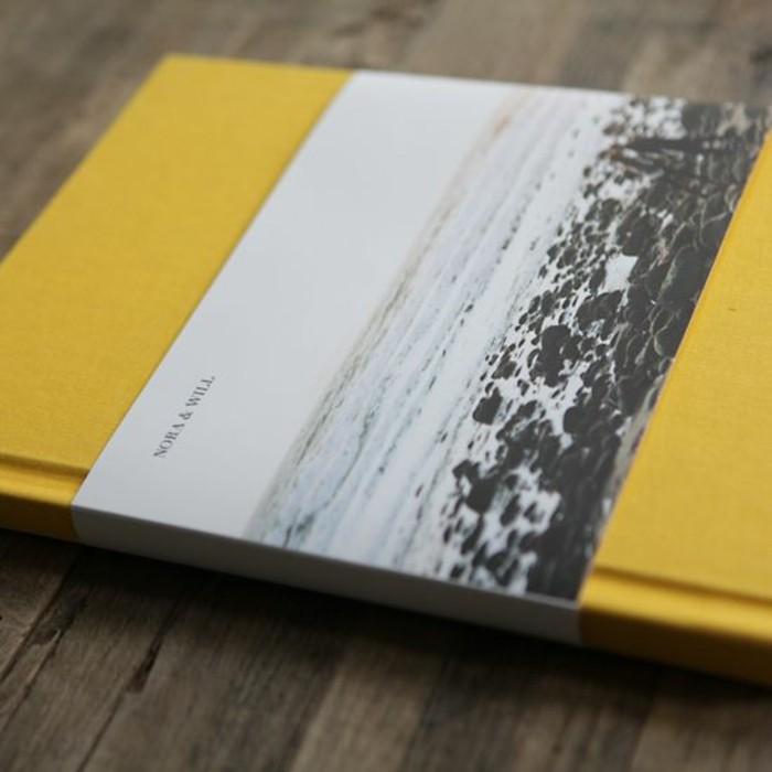 Fotobuch-Designer-in-gelber-Farbe