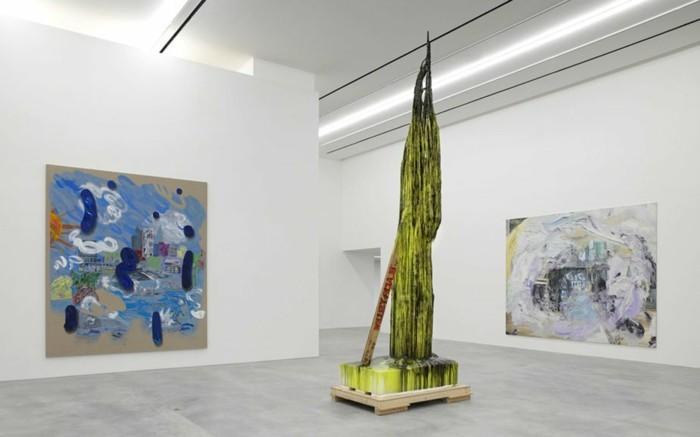 Galerie-für-Zeitgenössische-Kunst-mit-einer-grünen-Skulptur