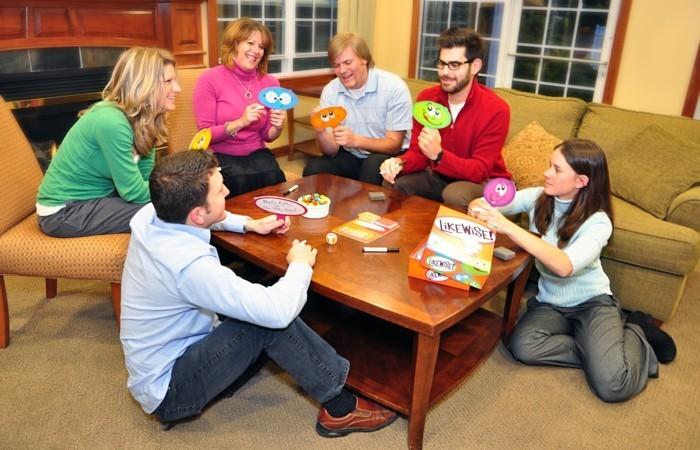 Gesellschaftsspiel-mit-bunter-Tabelle-für-alle
