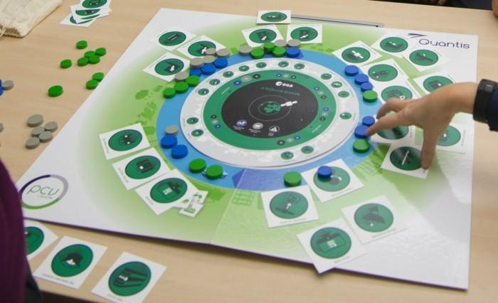 Gesellschaftsspiele-in-einem-grünen-Kreis