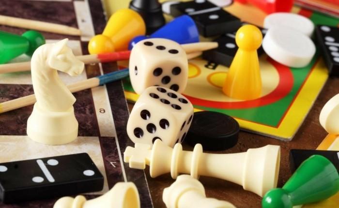 Gesellschaftsspiele-mit-Würfeln-Bauern-und-Schachfiguren