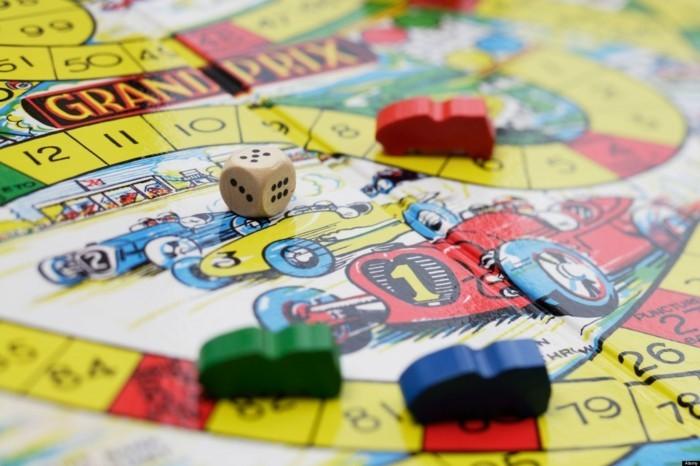 Gesellschaftsspiele-mit-kleinen-bunten-Autos