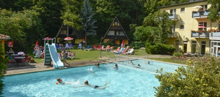 Harz-mit-Kindern-im-Pool
