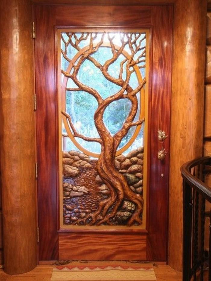 Holzschnitzerei-an-der-Tür-sehr-märchenhaft