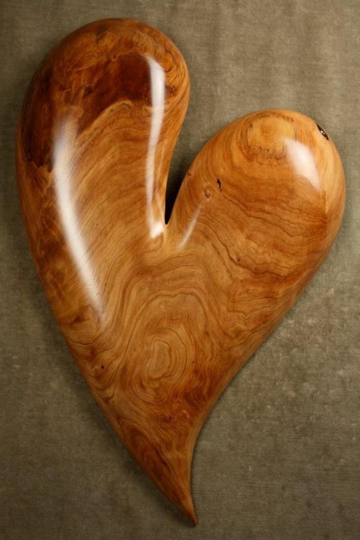 Holzschnitzerei-ein-Herz-zum-Hängen