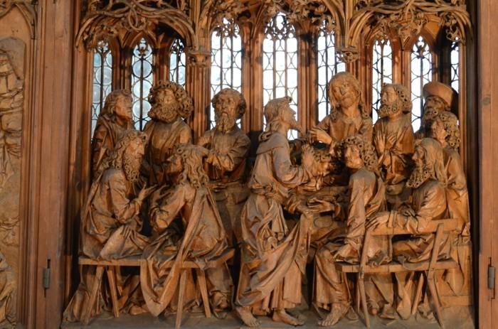 Holzschnitzerei-mit-Figuren-aus-der-Letzten-Abendmahl
