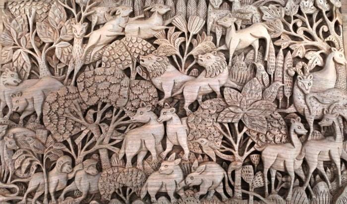 Holzschnitzerei-mit-Figuren-von-verschiedenen-Tieren
