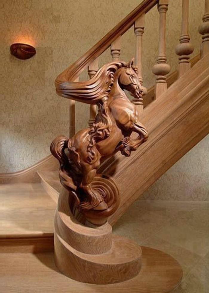Holzschnitzerei-von-einem-galopierenden-Pferd