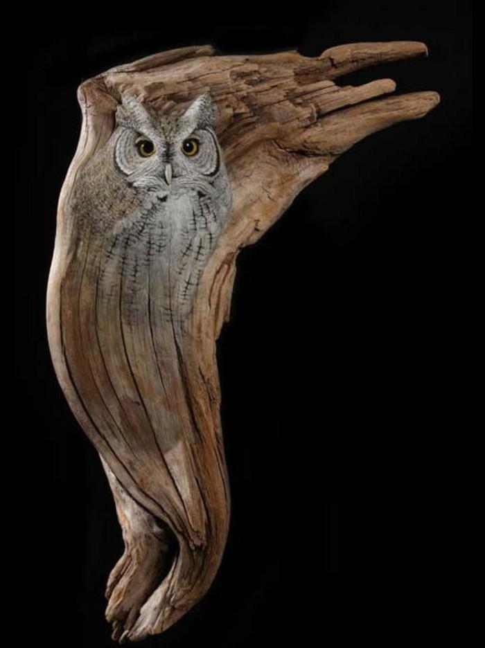 Holzschnitzerei-von-einer-Eule-wie-lebendig-aussehend