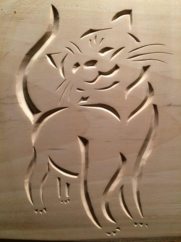 Holzschnitzerei-von-einer-süßen-Katze