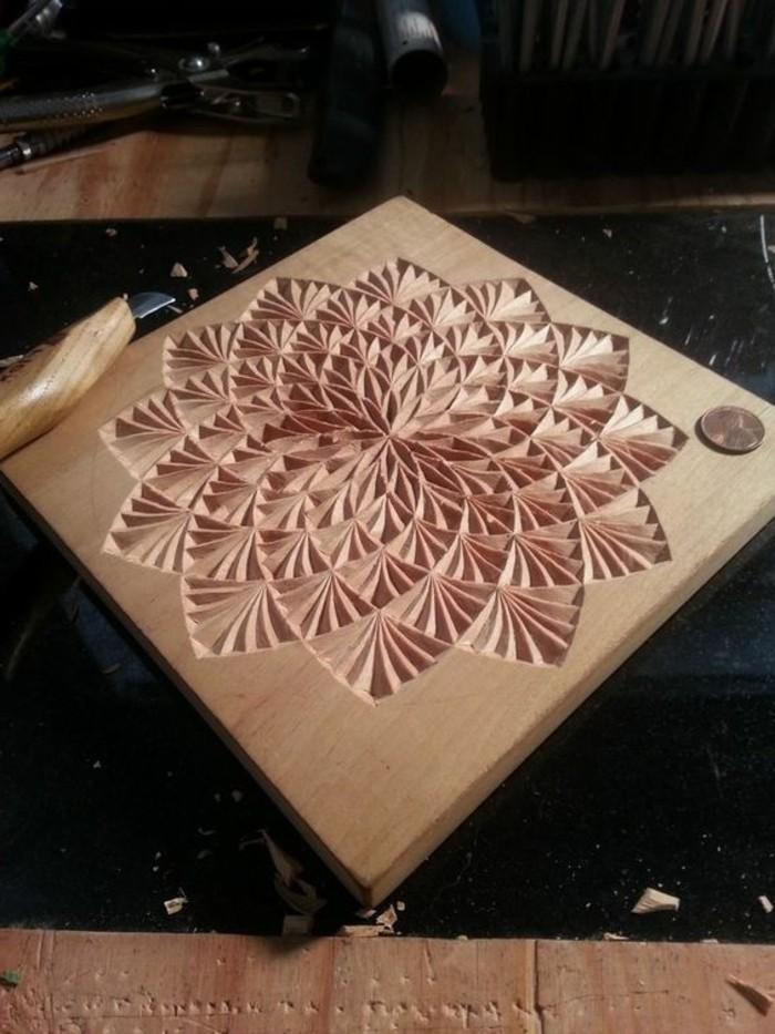 Holzschnitzerei-von-einer-schönen-Blume