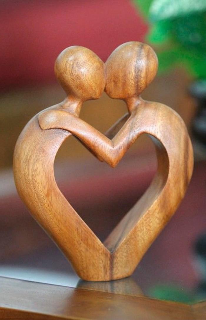 Holzschnitzerei-von-zwei-Verliebten-im-Kuss