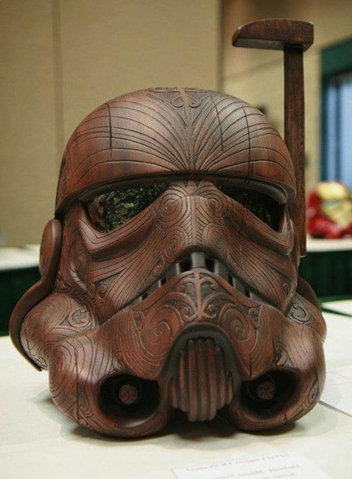 Holzschnitzereien-Helm-von-einem-Sturmtruppen